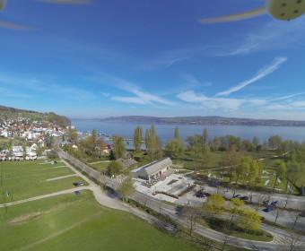 Luftaufnahme vom Drohnenflug über dem Ufer 39