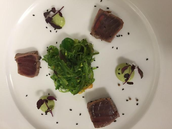 Sashimi von gebeiztem Thunfisch auf Papaya-Wakamesalat und Wasabi-Limettenmajonaise