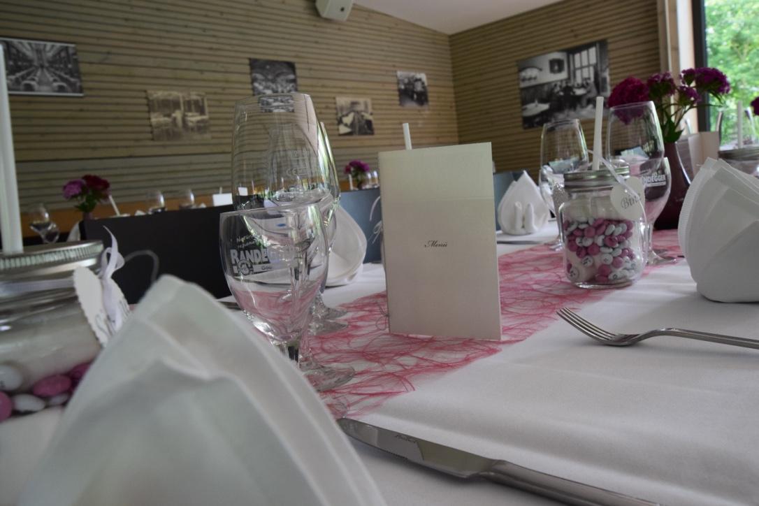 Weiß eingedeckt für eine Hochzeit
